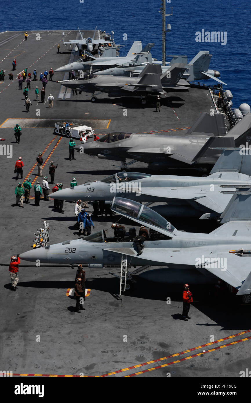 180827-N-EN275-2249 ATLANTIC OCEAN (Aug. 27, 2018) Sailors prepare for flight operations on the flight deck of the Nimitz-class aircraft carrier USS Abraham Lincoln (CVN 72). (U.S. Navy photo by Mass Communication Specialist 3rd Class Jacob Smith/ Released) - Stock Image