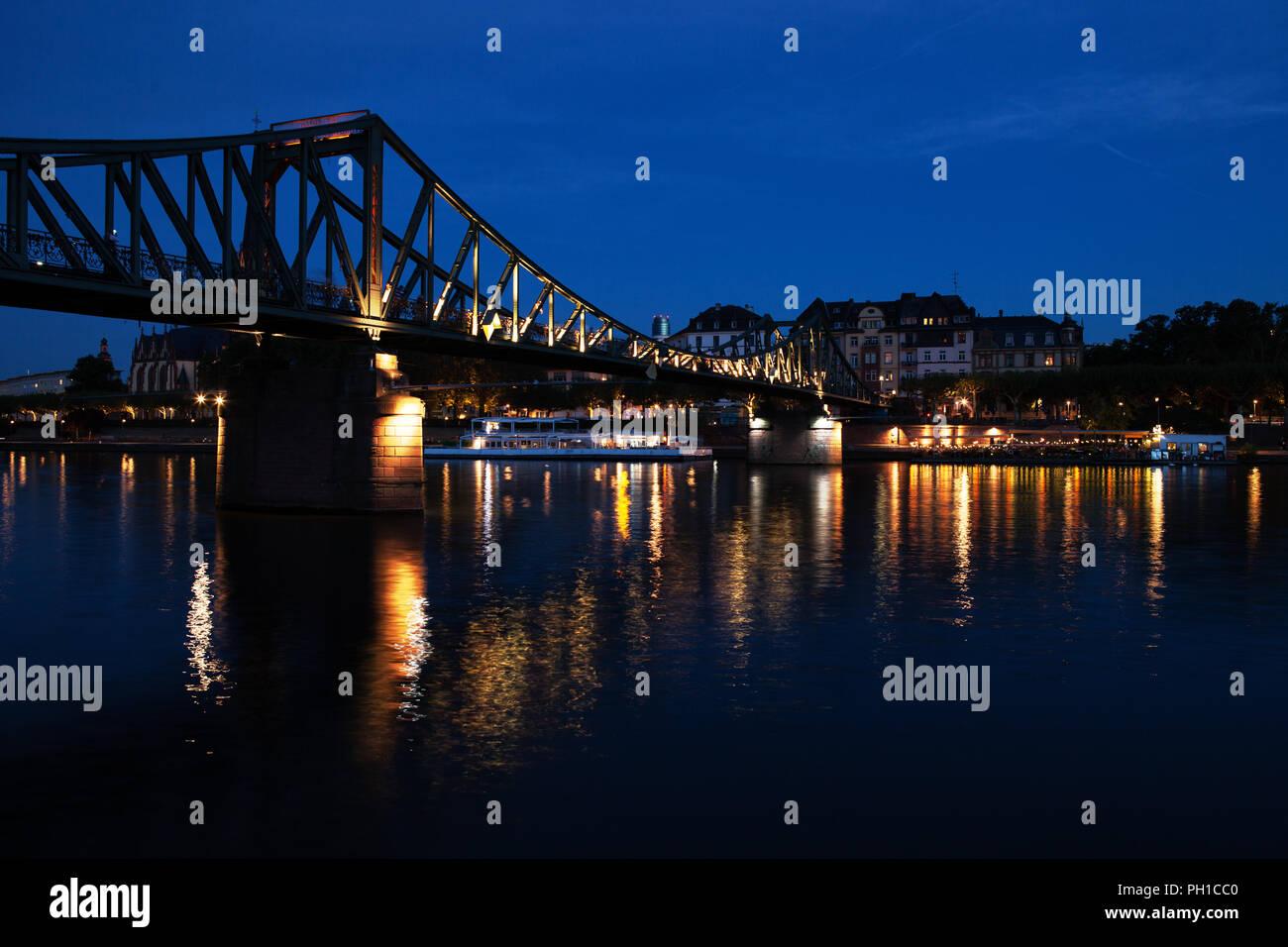 Europa Germany Hessen Rhein-Main Frankfurt am Main Eiserner Steg bei Nacht - Stock Image