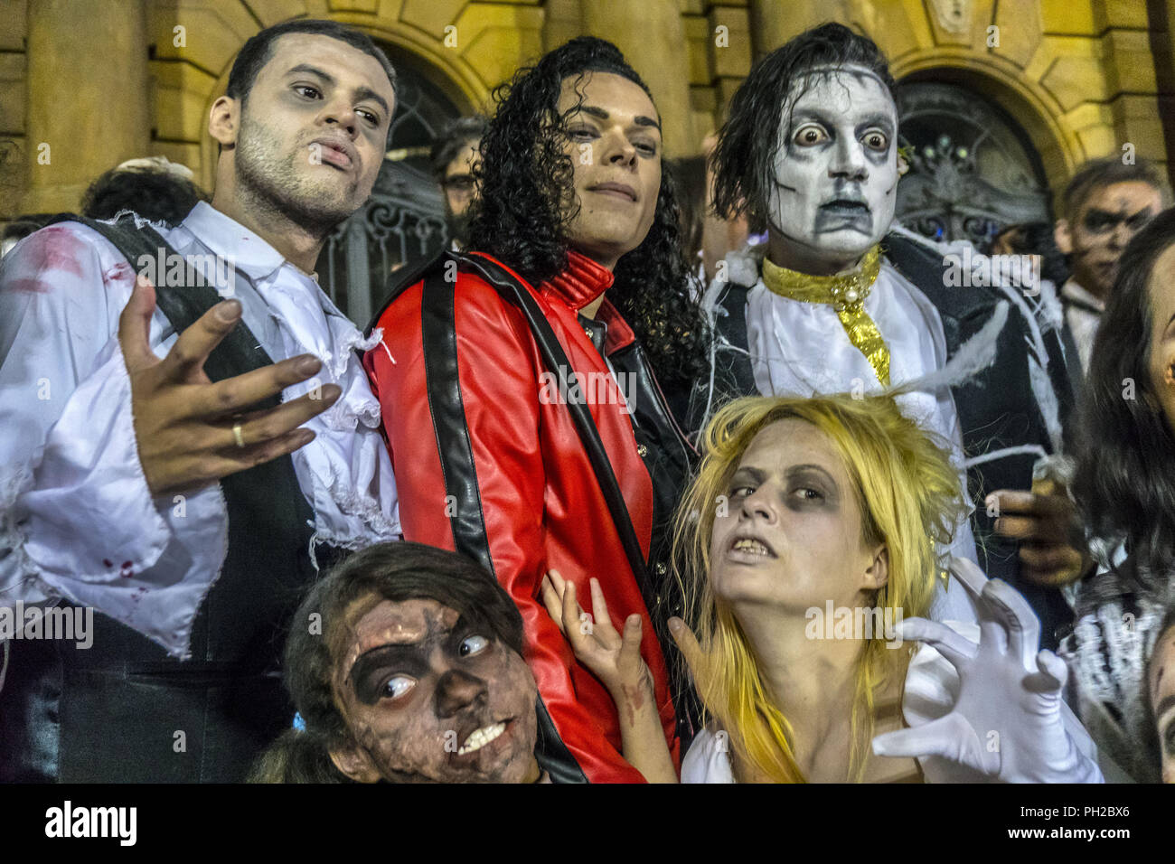 Sao Paulo, Brazil. 29th Aug 2018. HOMAGE MICHAEL JACKSON: Fans of singer Michael Jackson flashmob on the steps of the Municipal Theater in Sao Paulo dancing Thriller on the day that the singer would turn 60 if he were alive. Credit: Cris Faga/ZUMA Wire/Alamy Live News - Stock Image