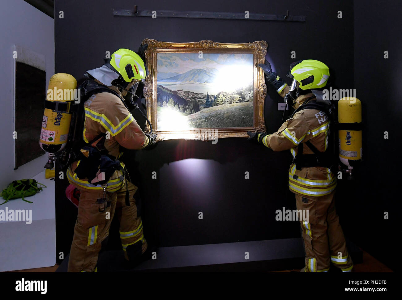 Hanover, Germany. 29th Aug, 2018. 29.08.2018, Lower Saxony, Hanover: Firefighters salvage a painting during an emergency exercise in an exhibition room in the State Museum. A group of fire brigades is testing the emergency in the state museum in the capital of Lower Saxony. In the event of a possible fire catastrophe, an emergency plan is put in place to save people and cultural assets. Credit: Holger Hollemann/dpa/Alamy Live News - Stock Image