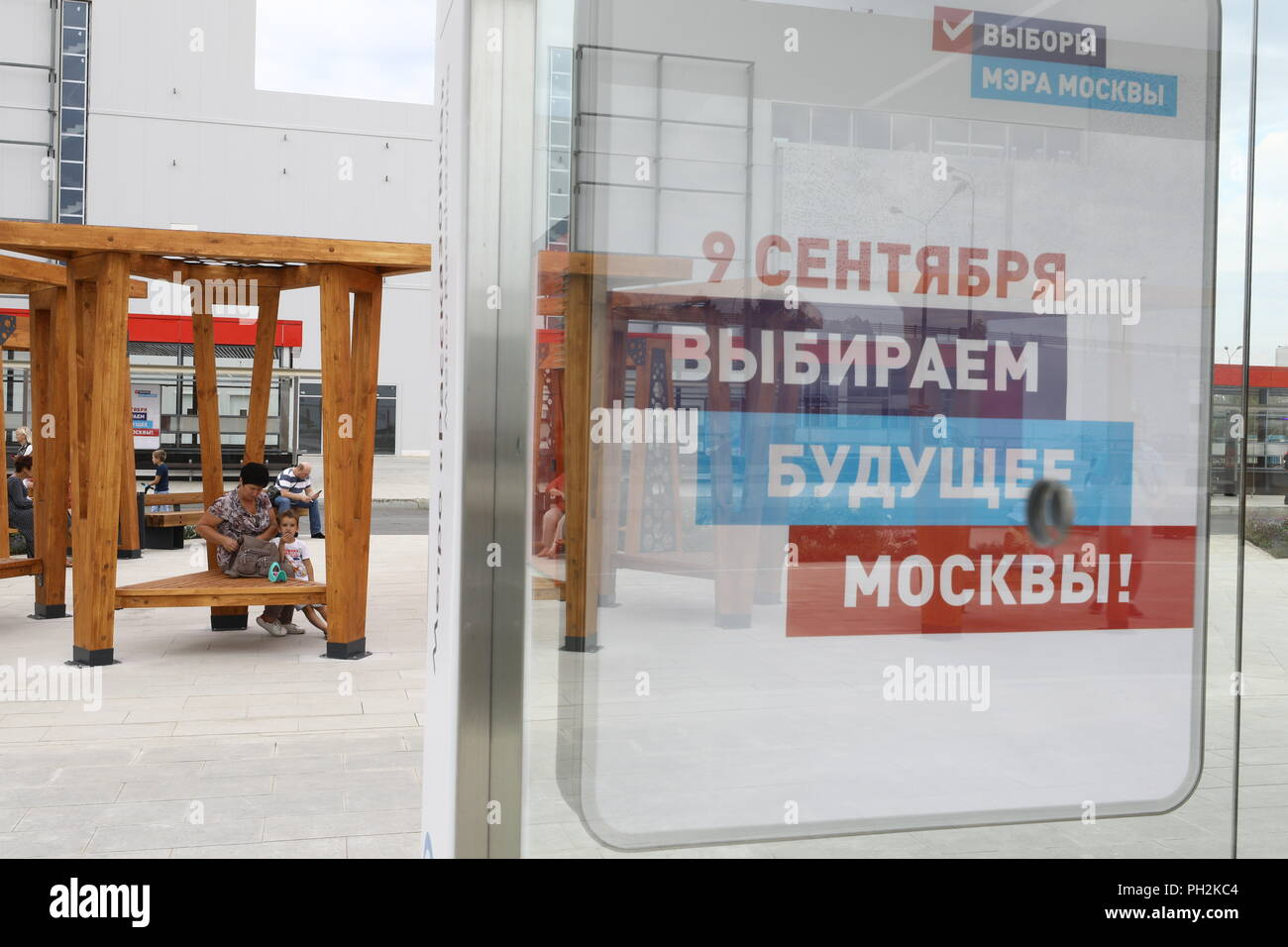 Moscow, Russia. 30th Aug, 2018. MOSCOW, RUSSIA - AUGUST 30, 2018: A poster promoting the 2018 Moscow Mayoral election at a public transport stop near Rasskazovka Station on Line 8A (Solntsevskaya Line) of the Moscow Underground. Mikhail Tereshchenko/TASS Credit: ITAR-TASS News Agency/Alamy Live News - Stock Image