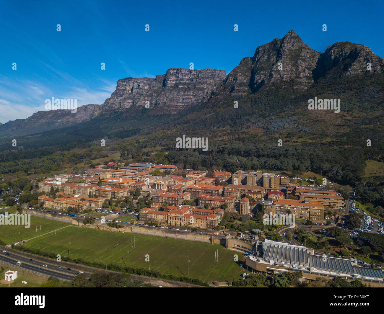 Aerial view of the University of Cape Town, Under the towering peaks of Devil's Peak. - Stock Image