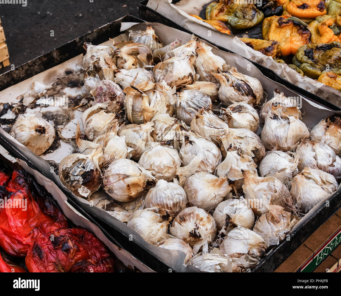 Roasted onions at market stall, palermo, Sicily - Stock Image
