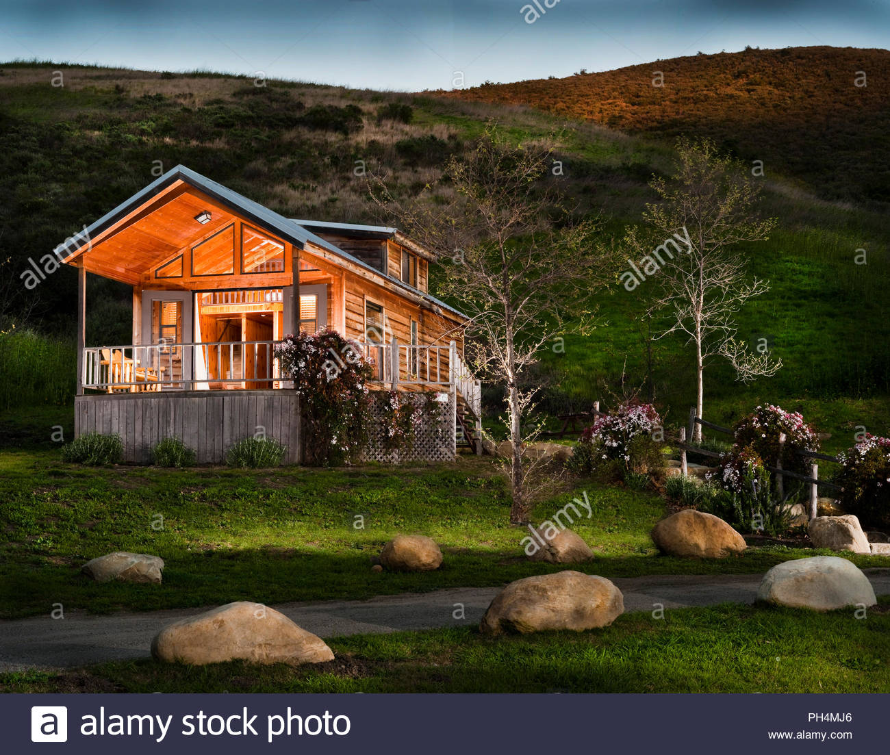Wooden cabin at sunset - Stock Image