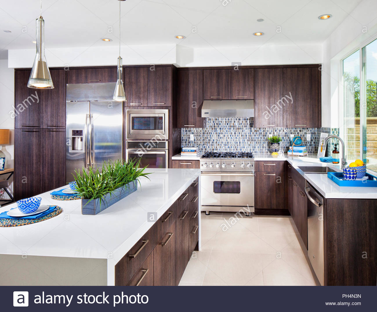 Brown and white kitchen - Stock Image