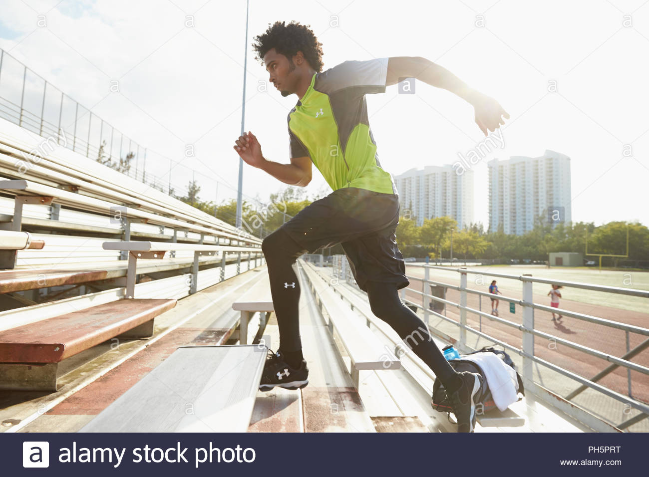 Young woman exercising with rope - Stock Image