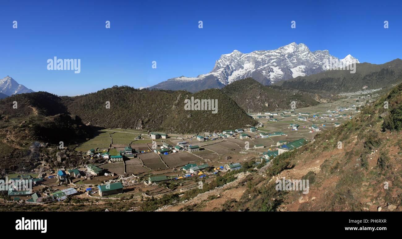 Sherpa village Khumjung and snow capped Kongde Ri - Stock Image