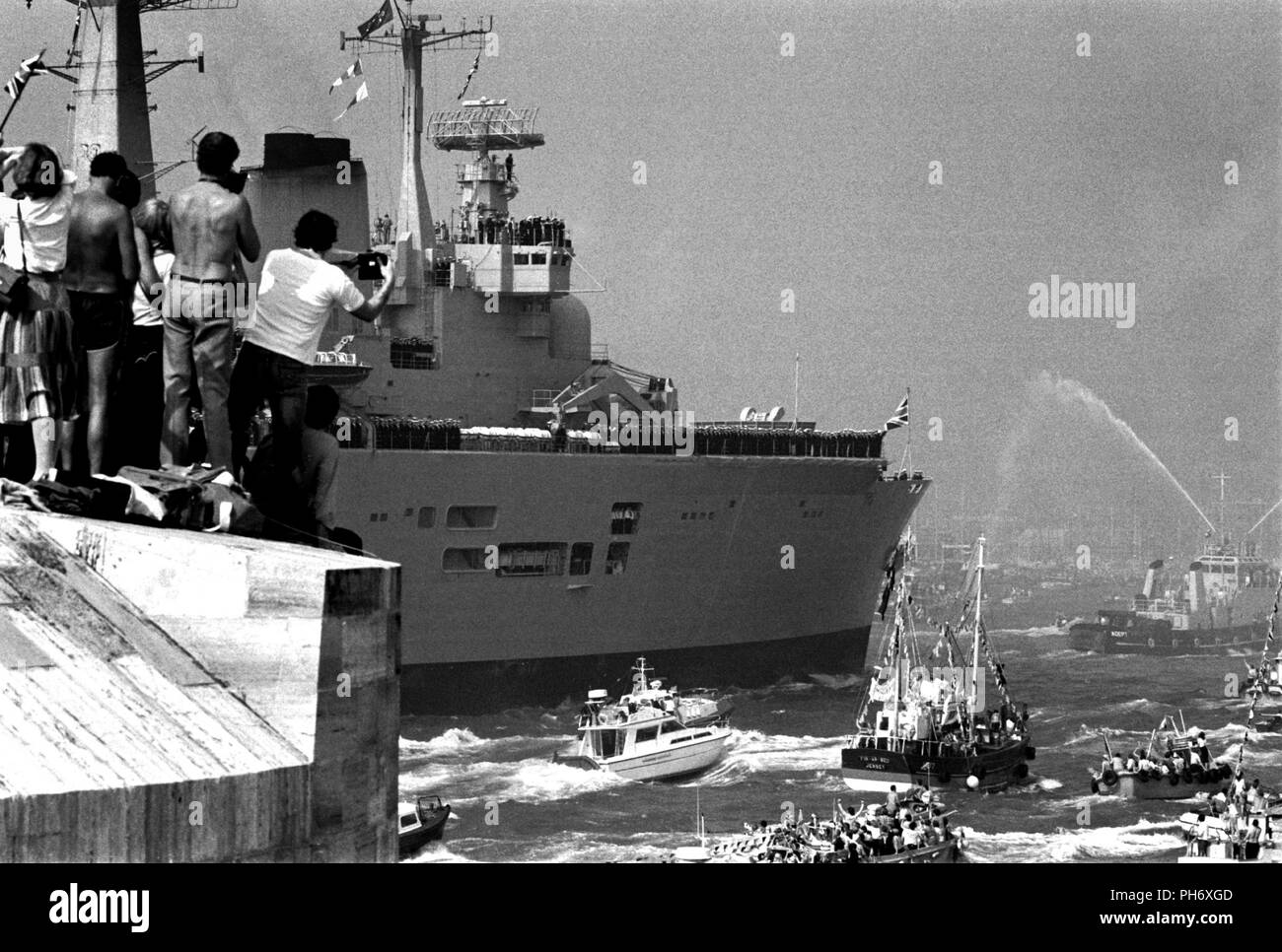 AJAXNETPHOTO. 17TH SEP, 1982. PORTSMOUTH,ENGLAND - INVINCIBLE RETURNS - THE CARRIER HMS INVINCIBLE RETURNING TO PORTSMOUTH ACCOMPANIED BY A FLOTILLA OF WELL WISHERS AT THE END OF HER SOUTH ATLANTIC DUTY DURING THE FALKLANDS CAMPAIGN.   PHOTO:JONATHAN EASTLAND/AJAXREF:820917_14 - Stock Image