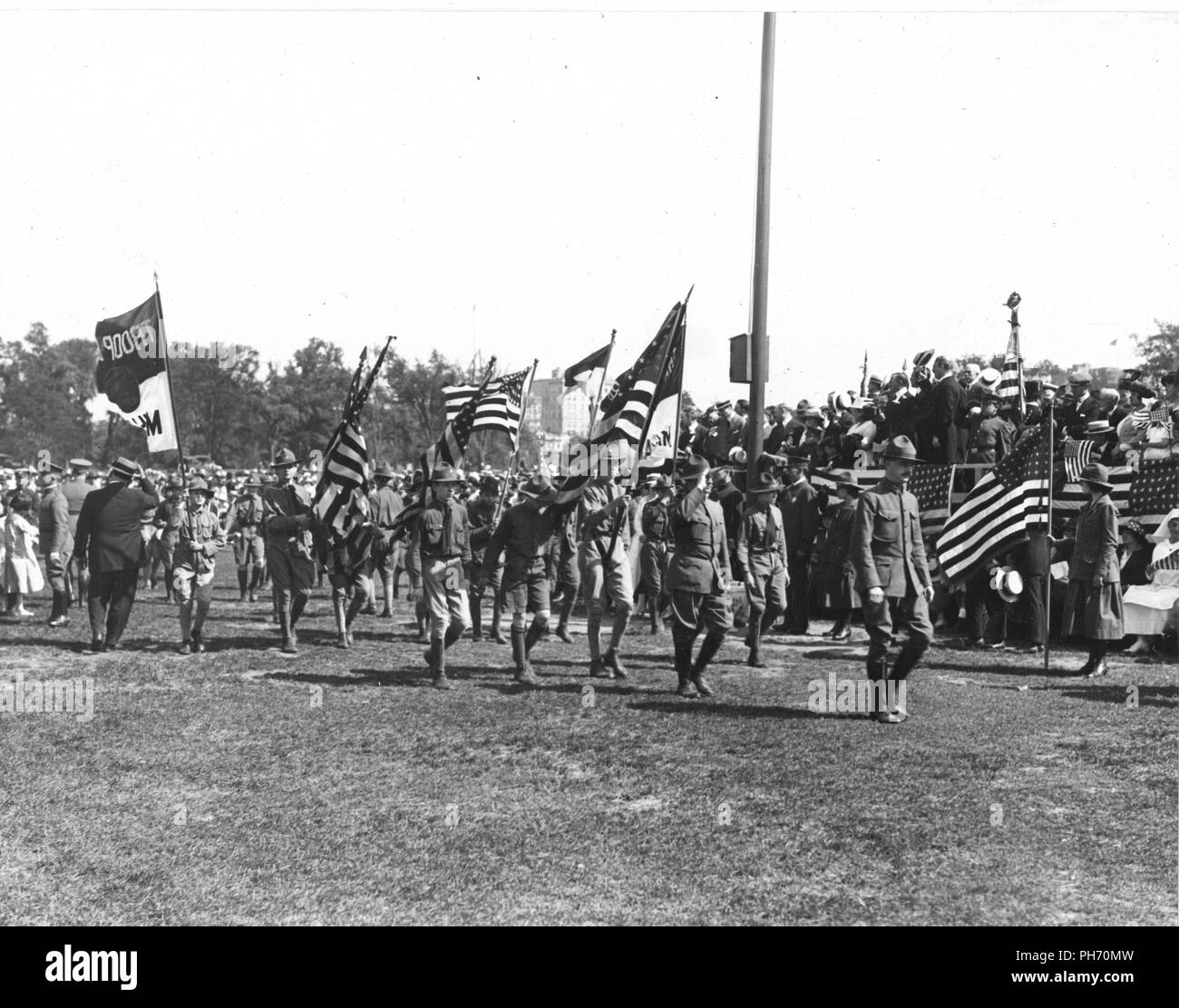 Ceremonies - Flag Day, 1918 - Troop of Boy Scouts passing the flagpole on Flag Day in Central Park, N.Y. City - Stock Image