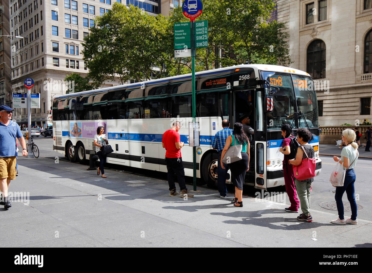 People boarding the route SIM8 MTA commuter bus to Staten Island Stock Photo