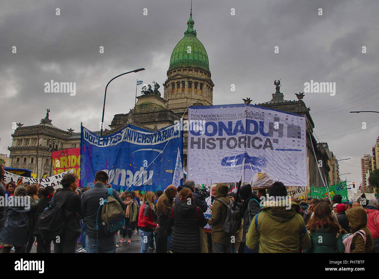 Buenos Aires, Argentina. 30th Aug 2018. Thousand of people, specially students and teachers of many Public Universities claim for a raise of budget to goverment of President Macri on Buenos Aires, Argentina. (Photo: Néstor J. Beremblum / Alamy News) Credit: Néstor J. Beremblum/Alamy Live News Credit: Néstor J. Beremblum/Alamy Live News - Stock Image