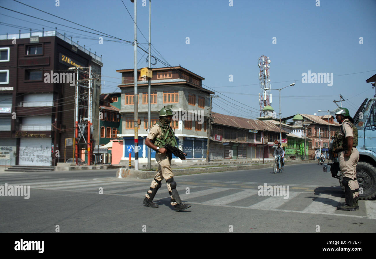 Srinagar, Kashmir. 31st Aug 2018. An  Indian paramilitary trooper patrol desert street, during a second day of a strike called by Kashmiri separatists against attempts to revoke state constitution articles 35A and 370.Top Court Defers Hearing On Jammu And Kashmir's Article 35A To January Supreme Court today. The state government told the court that any hearing on the matter now will create law and order issues in the panchayat elections, which will be held in the next three months.©Sofi Suhail/Alamy Live News Stock Photo