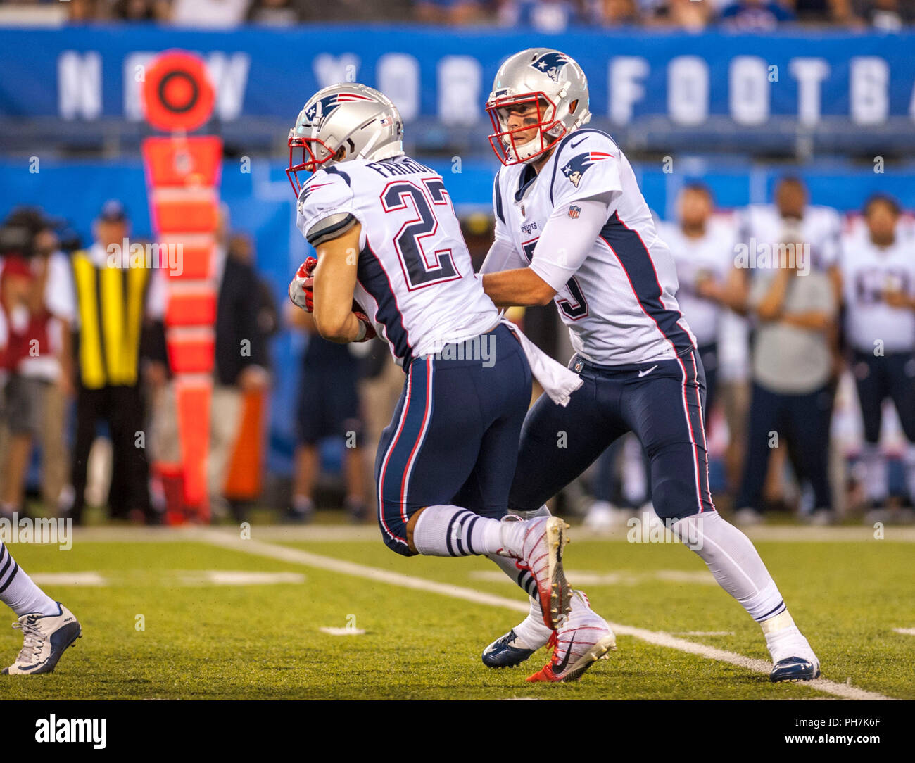 August 31, 2018 - East Rutherford, New Jersey, U.S. - New England Patriots quarterback Danny Etling (5) hands off to running back Kenneth Farrow (27) during a preseason game between the New England Patriots and the New York Giants at MetLife Stadium in East Rutherford, New Jersey. Duncan Williams/CSM - Stock Image
