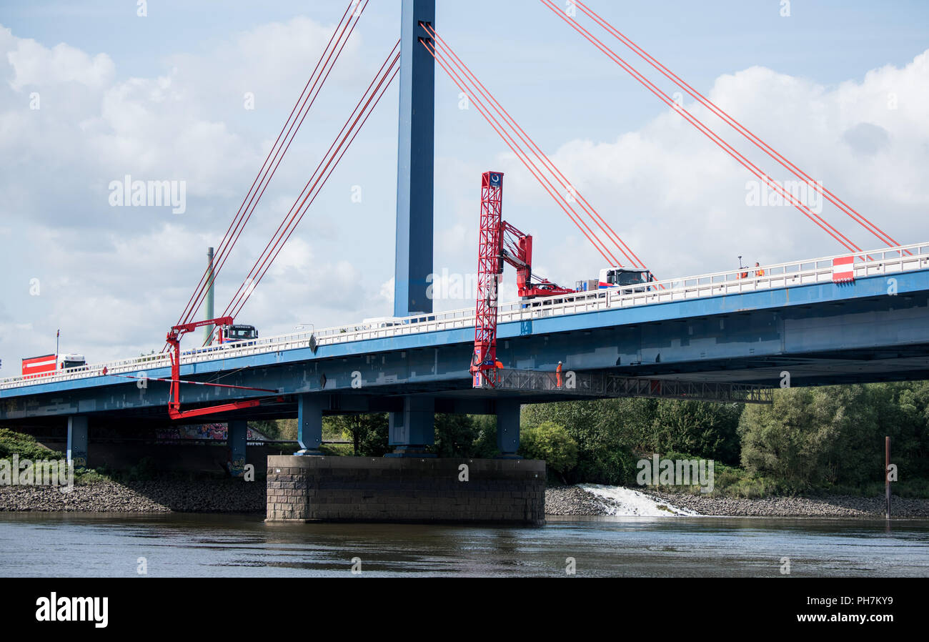 Hamburg, Germany. 31st Aug, 2018. Building inspectors check the Norderelbe Bridge. The safety of the Norderelbe Bridge between the Hamburg-Sued motorway junction and the Hamburg-Suedost motorway junction is being checked. (on dpa 'Traffic on the Norderelbe Bridge is considerably restricted') Credit: Daniel Bockwoldt/dpa/Alamy Live News - Stock Image