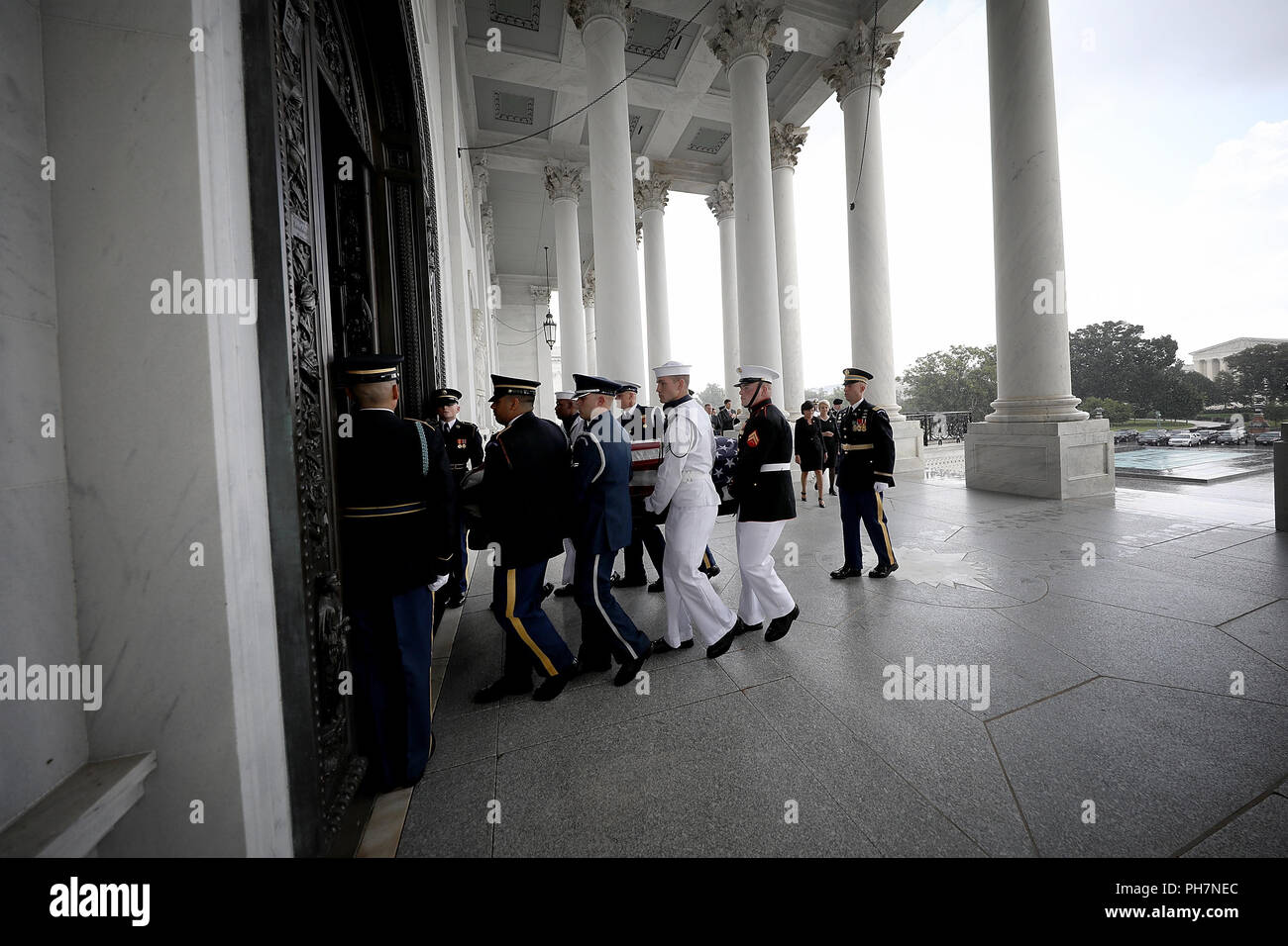 GETTY POOLWASHINGTON, DC - AUGUST 31: A military honor guard team carries the casket of the late-Sen. John McCain (R-AZ) into the U.S. Capitol August 31, 2018 in Washington, DC. The late senator died August 25 at the age of 81 after a long battle with brain cancer. He will lie in state at the U.S. Capitol today, a rare honor bestowed on only 31 people in the past 166 years. Sen. McCain will be buried at his final resting place at the U.S. Naval Academy on Sunday. (Photo by Win McNamee/Getty Images) | usage worldwide - Stock Image