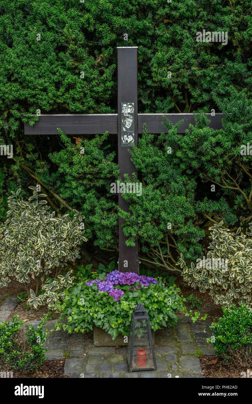 Kreuz, Gedenken, Anschlagsort Hanns Martin Schleyer, Vincenz-Statz-Strasse, Braunsfeld, Koeln, Nordrhein-Westfalen, Deutschland - Stock Image