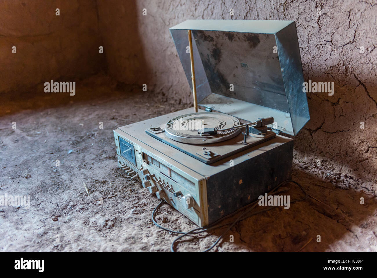 Old dusty record player, interior shot of a residential castle of the Kasbah Ait Benhaddou, High Atlas, Ksar Ait Benhaddou - Stock Image