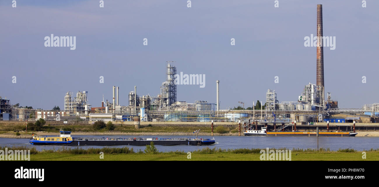 transport ships on Rhine, chemical plant, Emmerich - Stock Image