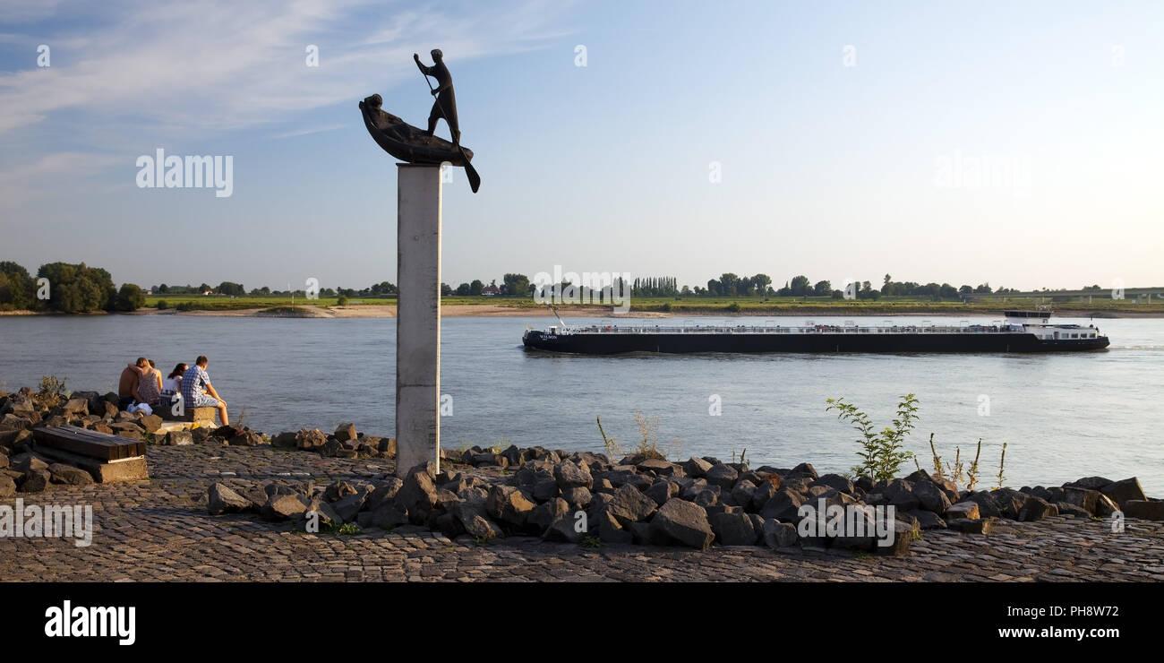 four people, sculpture, Rhein, ship, Emmerich - Stock Image