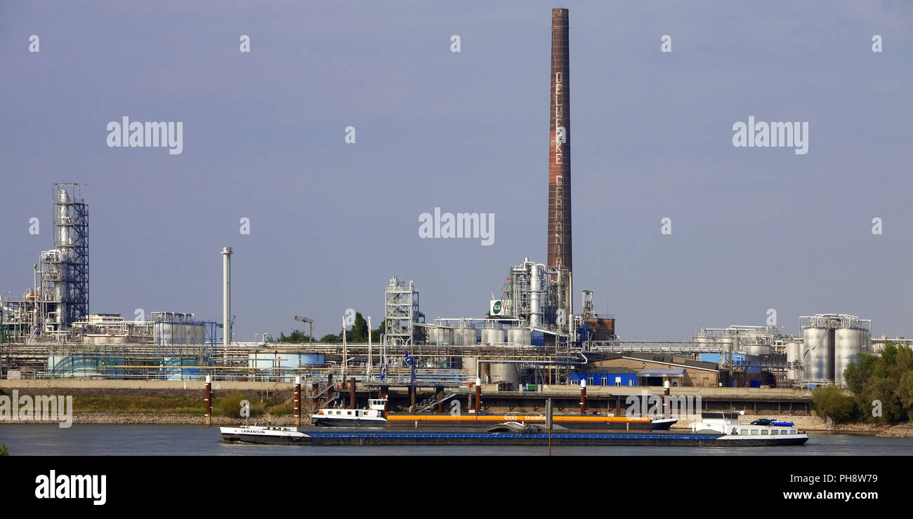 transport ship on Rhine, chemical plant, Emmerich - Stock Image