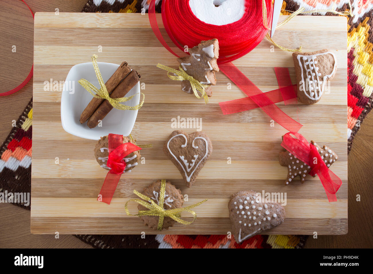 Decorating gingerbread cookies with colourfull ribbons - Stock Image
