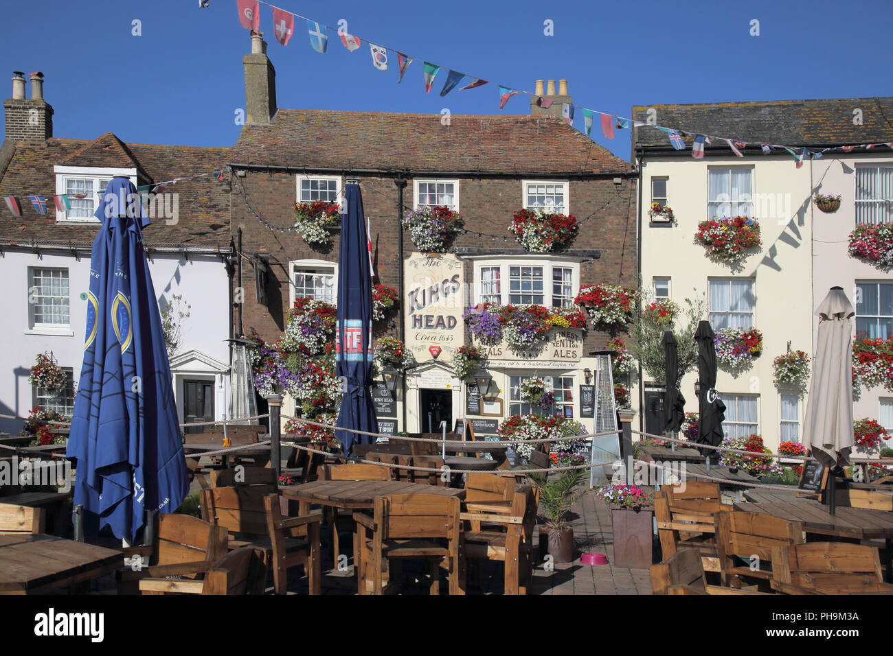 the kings head pub with lots of hanging baskets in deal on the kent coast - Stock Image