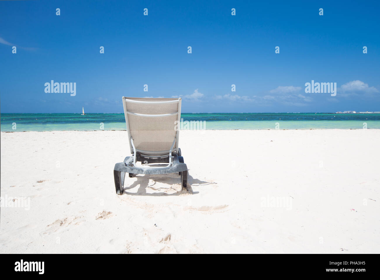 Lonely sunbed on Caribbean Beach - Stock Image