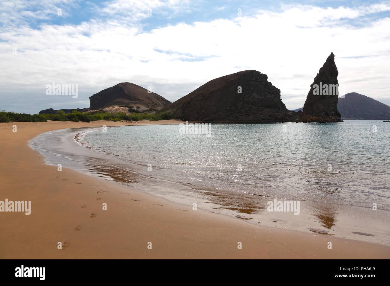BARTOLOME ISLAND COAST WITH PINNACLE ROCK, GALAPAGOS - Stock Image