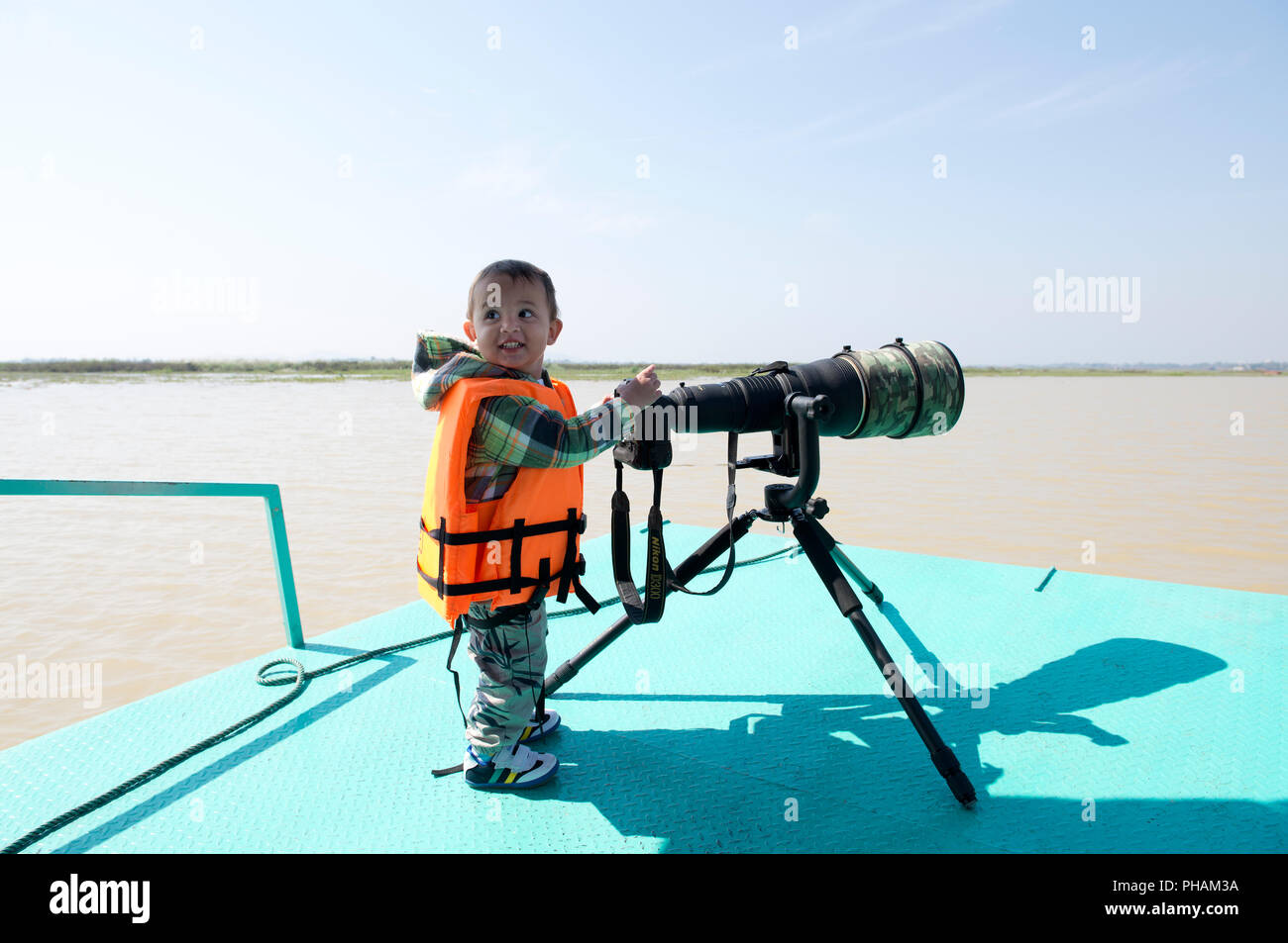 Young child taking pix of wildlife // Photographe animalier en devenir - Stock Image
