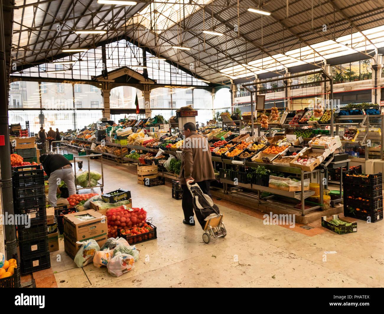 Portugal, Lisbon, Avenida 24 de Julho, Mercado da Ribera, Ribera Market, fresh fruit and vegetable traders Stock Photo
