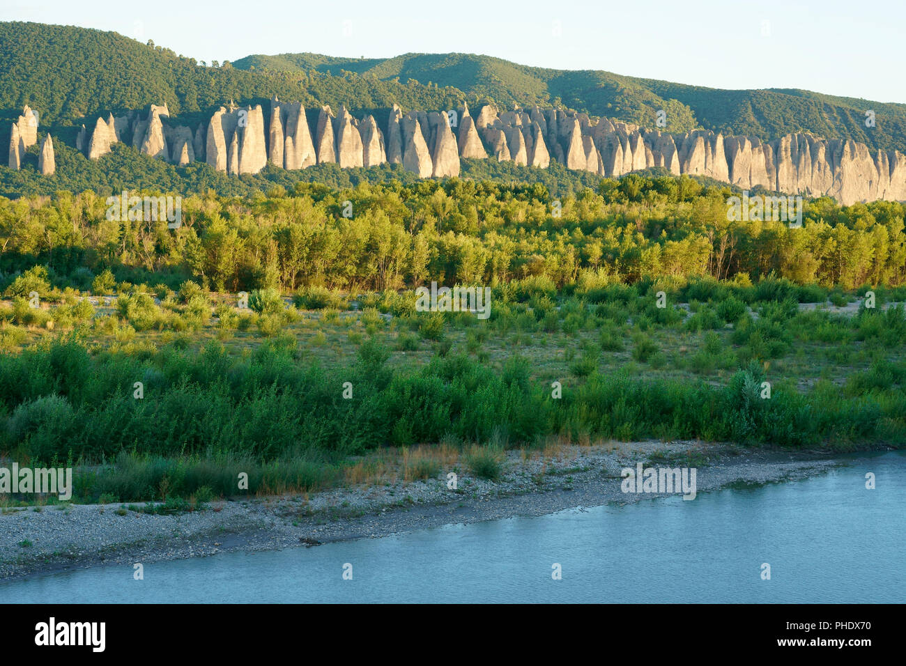 LONGITUDINAL ROCK FORMATION OF PUDDINGSTONE CALLED 'THE PENITENTS' BETWEEN THE VALENSOLE PLATEAU AND THE DURANCE RIVER. Les Mées, Provence, France. - Stock Image