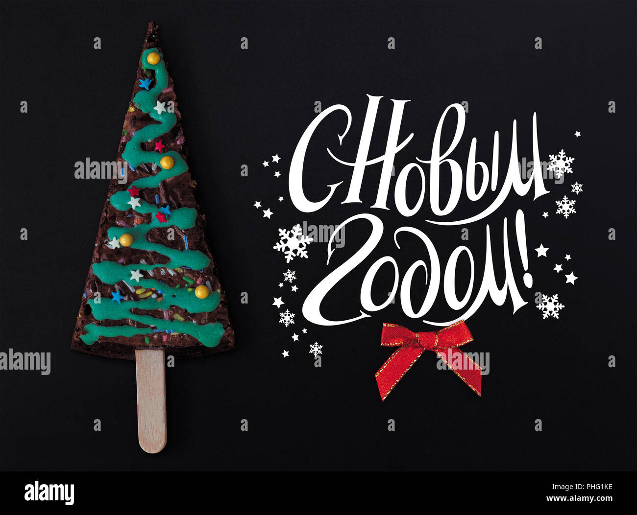 christmas tree cake on a black background and wishes a happy new year in russian