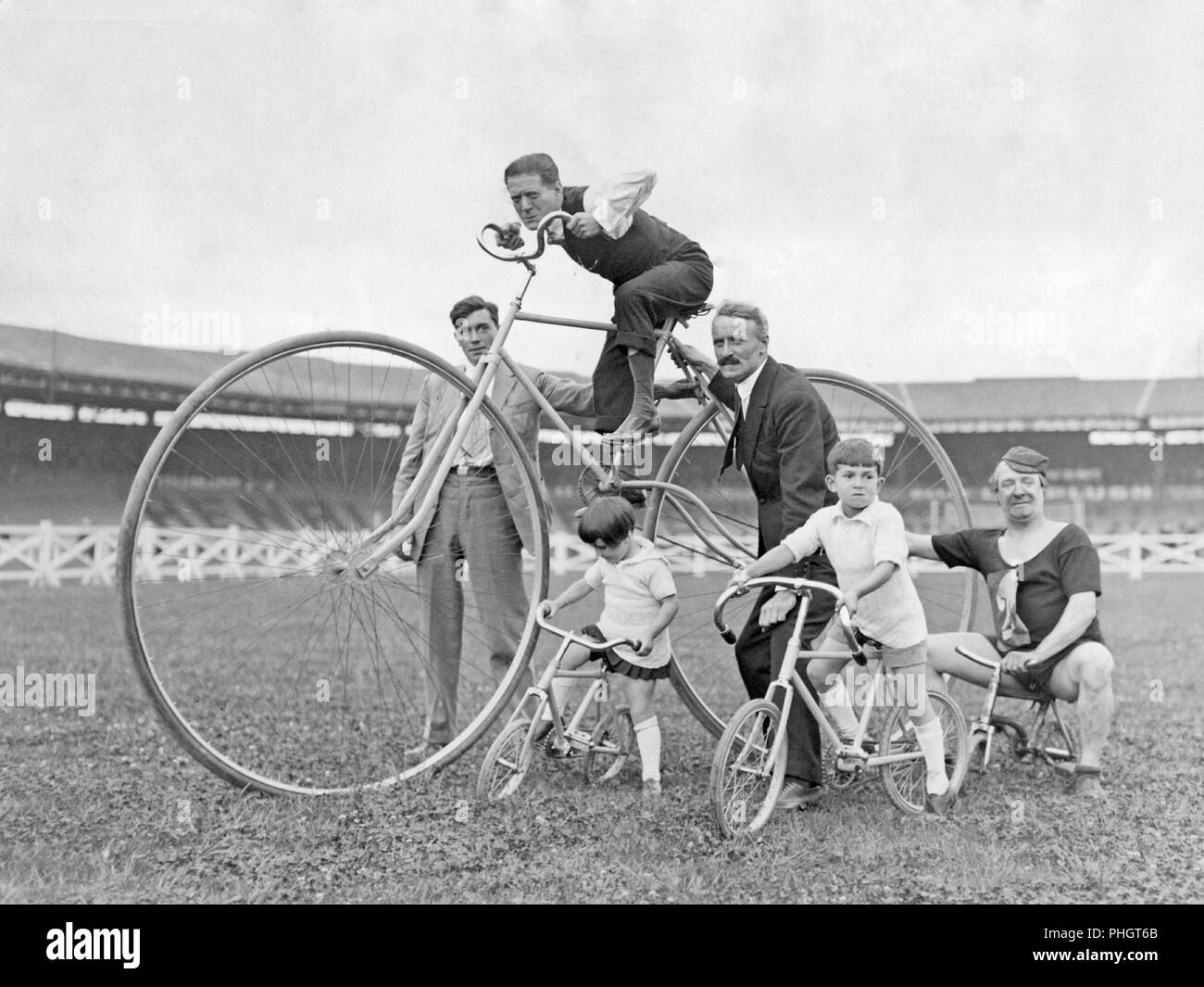 1930s bicycles. The annual Fête des Caf' Conc' at the Buffalo Stadium and some of the popular artists on their bicycles. 1933 - Stock Image