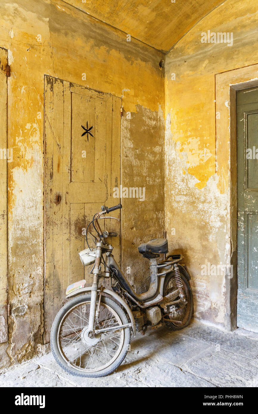 Old dusty moped in a garage - Stock Image