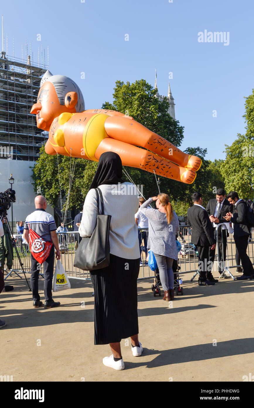 London, UK: 01st September 2018. A few hundred activists gathered on Parliament square to support the flying of the Khan blimp, organiser Yanny Bruere said it's in response to the Trump blimp and high crime rates in the capital. Credit: Ian Francis/Alamy Live News - Stock Image