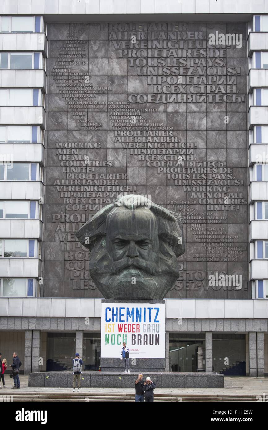 Chemnitz, Saxony, Germany. 1st Sep, 2018. Karl-Marx-Monoument in Chemnitz with a banner ''Chemnitz is neither gray nor brown' Credit: Jannis Grosse/ZUMA Wire/Alamy Live News Stock Photo