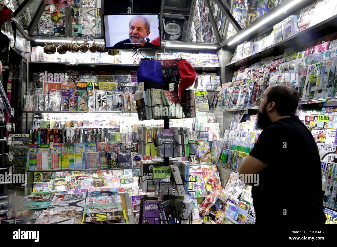 Sao Paulo, Brazil. 02nd Sep, 2018. SAO02. SAO PAULO (BRASIL). 2/09/18.- Un hombre mira un televisor en un negocio, en Sao Paulo (Brasil) hoy, sábado 1 de septiembre de 2018. El veto judicial a la candidatura del expresidente Luiz Inácio Lula da Silva, preso por corrupción, dio un nuevo vuelco a la carrera electoral de Brasil, que hoy llegó a la televisión con los programas de los principales abanderados presidenciales. Credit: Fernando Bizerra Jr./EFE/Alamy Live News - Stock Image