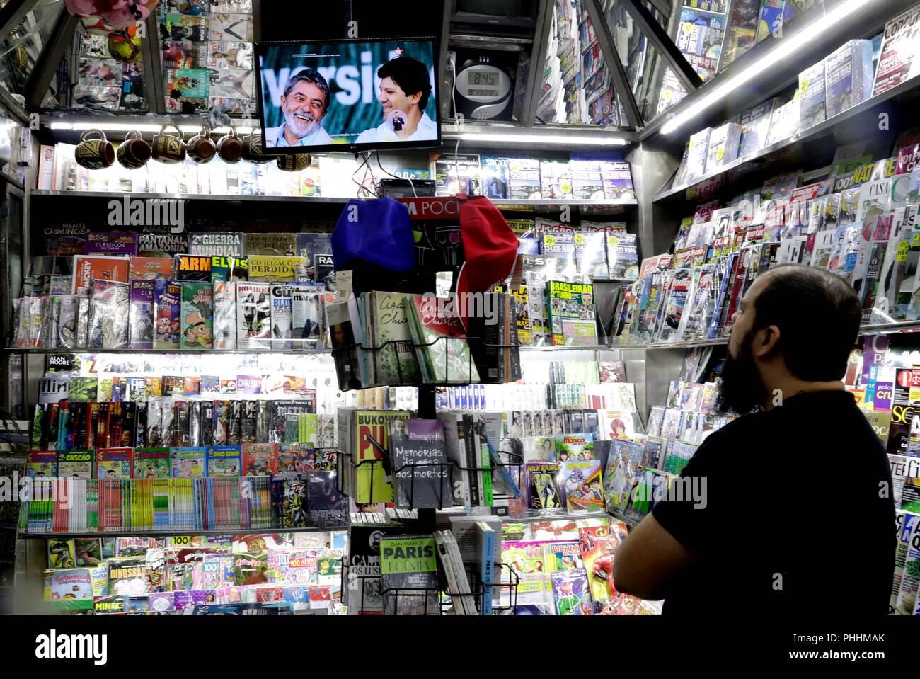 Sao Paulo, Brazil. 02nd Sep, 2018. SAO03. SAO PAULO (BRASIL). 2/09/18.- Un hombre mira un televisor en un negocio, en Sao Paulo (Brasil) hoy, sábado 1 de septiembre de 2018. El veto judicial a la candidatura del expresidente Luiz Inácio Lula da Silva, preso por corrupción, dio un nuevo vuelco a la carrera electoral de Brasil, que hoy llegó a la televisión con los programas de los principales abanderados presidenciales. Credit: Fernando Bizerra Jr./EFE/Alamy Live News - Stock Image