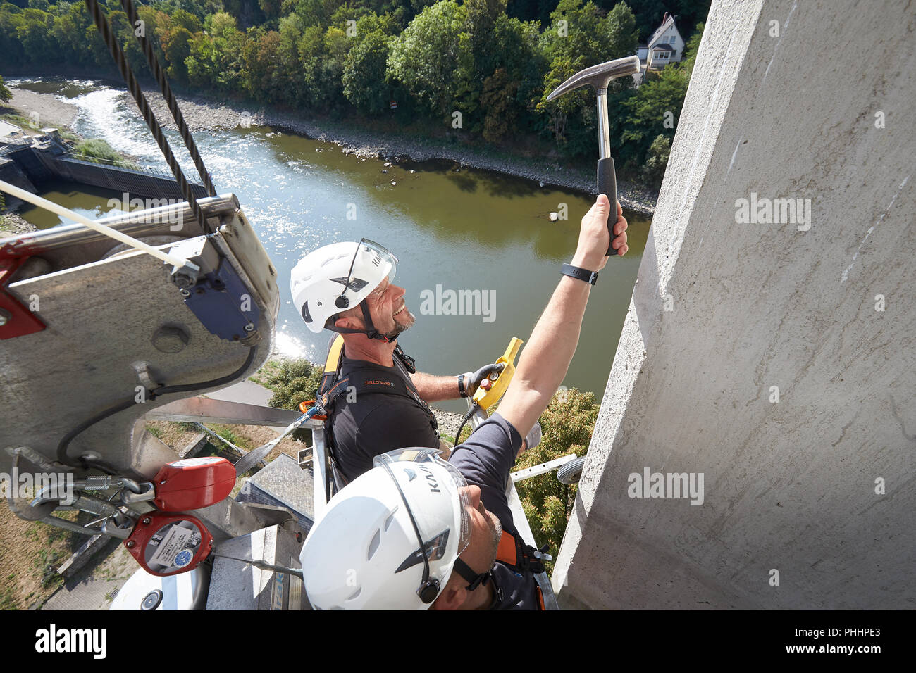 Lahnstein, Germany. 22nd Aug, 2018. 22.08.2018, Rhineland-Palatinate, Lahnstein: The bridge inspectors Frank Zerwas (l) and Christian Maximini check with a hammer the concrete surface of a pillar of the Lahn Valley Bridge on the B 42. Many German bridges date from the sixties and seventies, many are in need of rehabilitation today. (to dpa ''Bridge woodpeckers' hammer high up - regular bridge inspection' from 02.09.2018) Credit: Thomas Frey/dpa/Alamy Live News - Stock Image