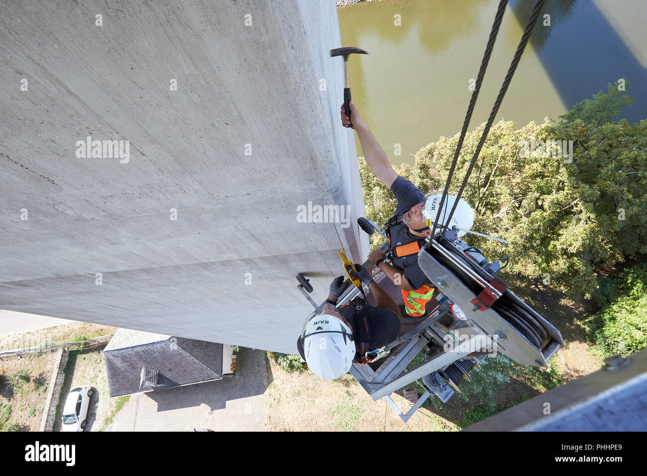 Lahnstein, Germany. 22nd Aug, 2018. 22.08.2018, Rhineland-Palatinate, Lahnstein: The bridge inspectors Frank Zerwas (r) and Christian Maximini check with a hammer the concrete surface of a pillar of the Lahn Valley Bridge on the B 42. Many German bridges date from the sixties and seventies, many are in need of rehabilitation today. (to dpa ''Bridge woodpeckers' hammer high up - regular bridge inspection' from 02.09.2018) Credit: Thomas Frey/dpa/Alamy Live News - Stock Image