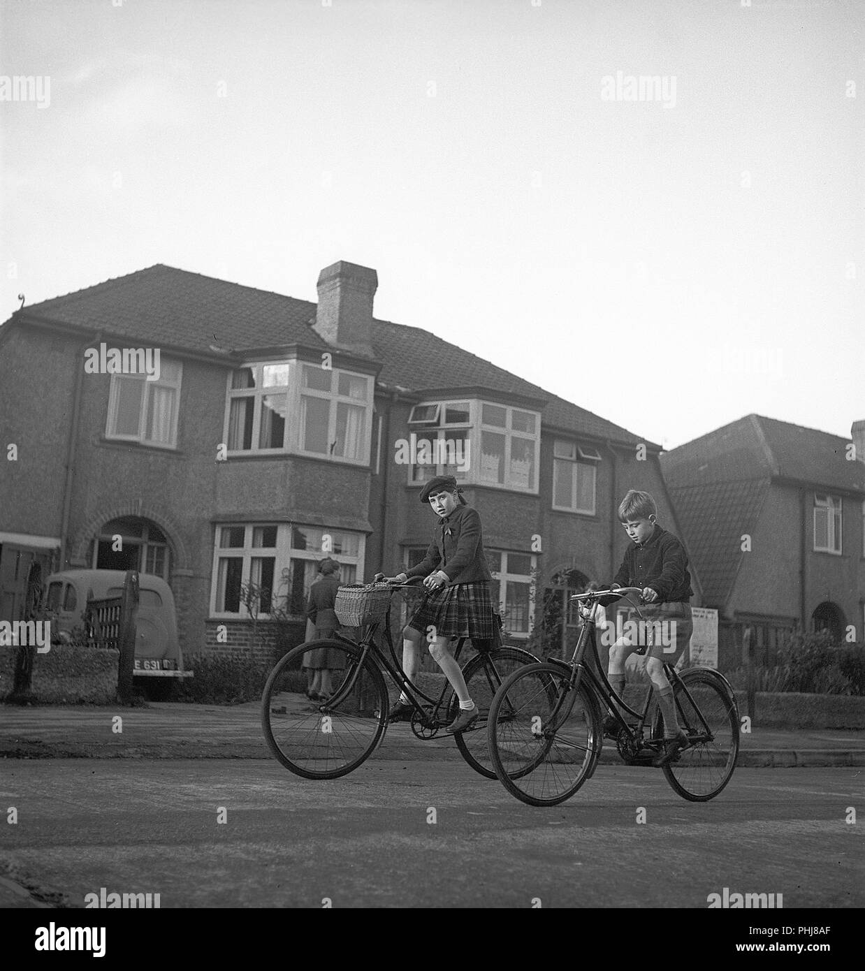 Great Britain 1945. Pictured here two english children cycling to school in the morning. Photo KG Kristoffersson who was in Great Britain 1945. ref S87-6 - Stock Image
