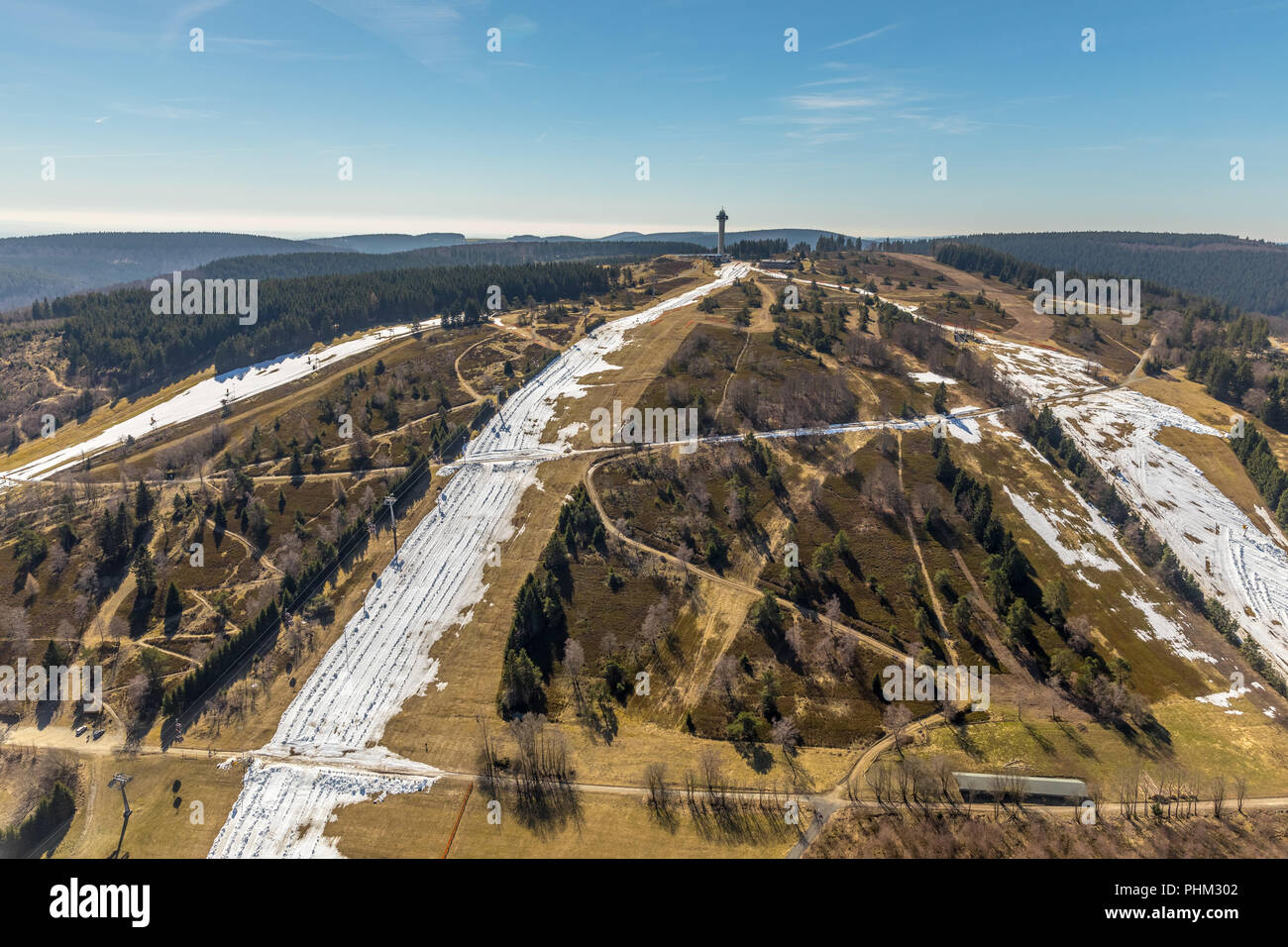 Ettelsberg with snow remnants on the slopes in Willingen in Hesse. Willingen (Upland), Landkreis Waldeck-Frankenberg in Hessen' Hessen, Germany, Willi - Stock Image