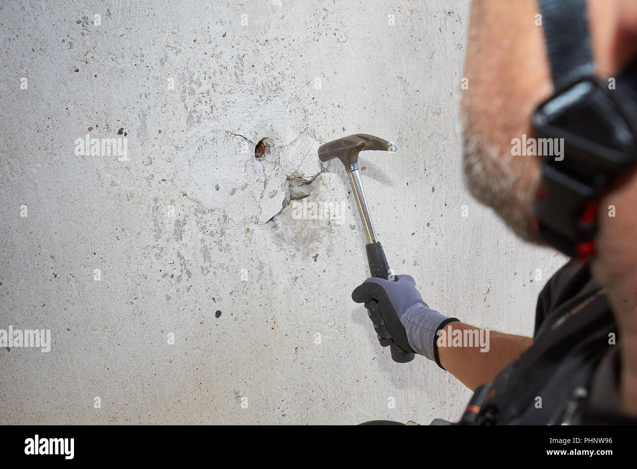 Lahnstein, Germany. 22nd Aug, 2018. 22.08.2018, Rhineland-Palatinate, Lahnstein: Bridge inspectors use a hammer to inspect the concrete surface of a pillar of the Lahn Valley Bridge on the B 42. Many German bridges date from the sixties and seventies, many are in need of rehabilitation today. (to dpa ''Bridge woodpeckers' hammer high up - regular bridge inspection' from 02.09.2018) Credit: Thomas Frey/dpa/Alamy Live News - Stock Image