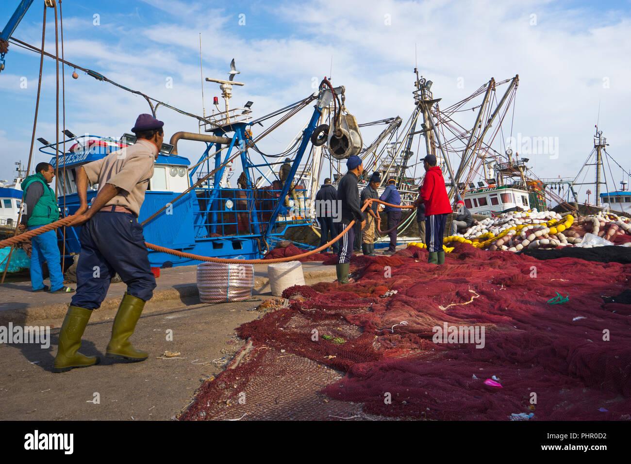 Hafenarbeiter im Fischereihafen Essaouira, Marokko - Stock Image