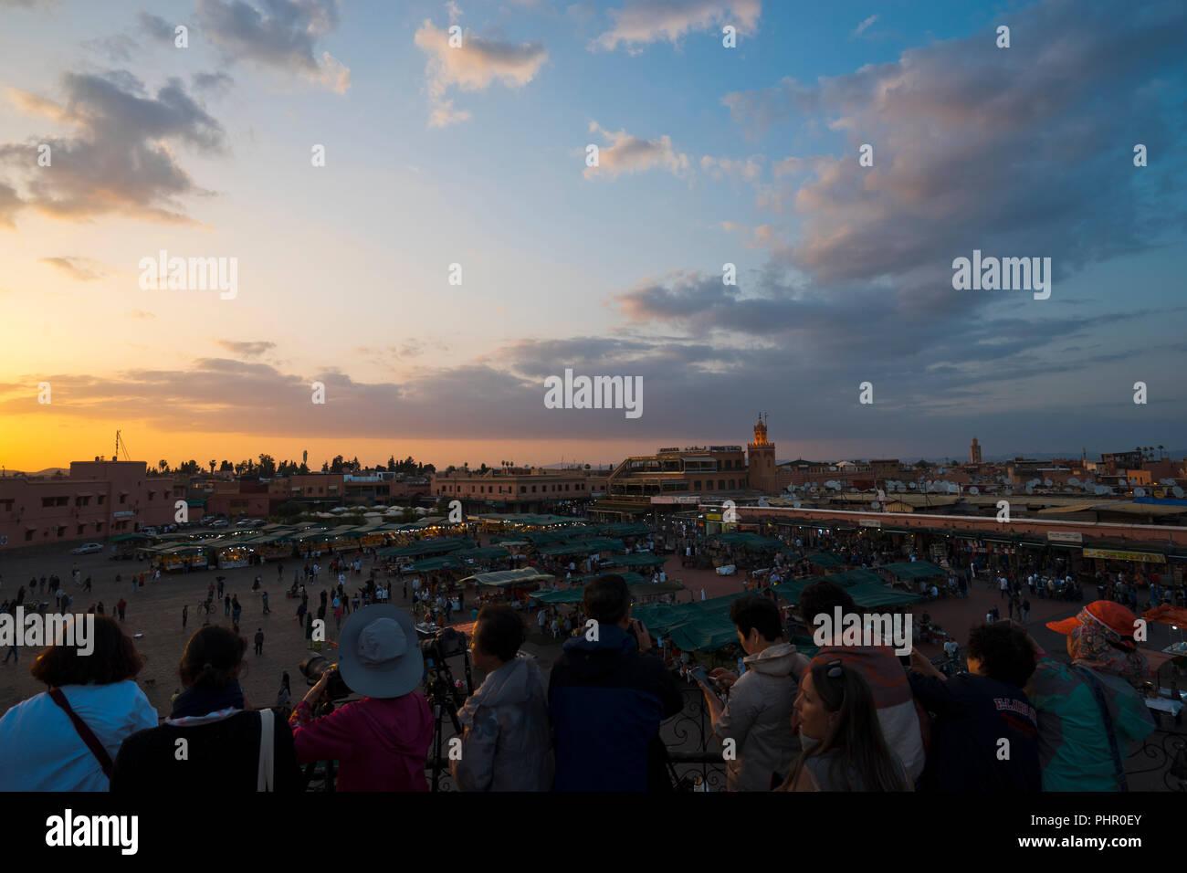 Besucher und Touristen am Djemnaa el Fna Platz in Marrakech, Marokko - Stock Image