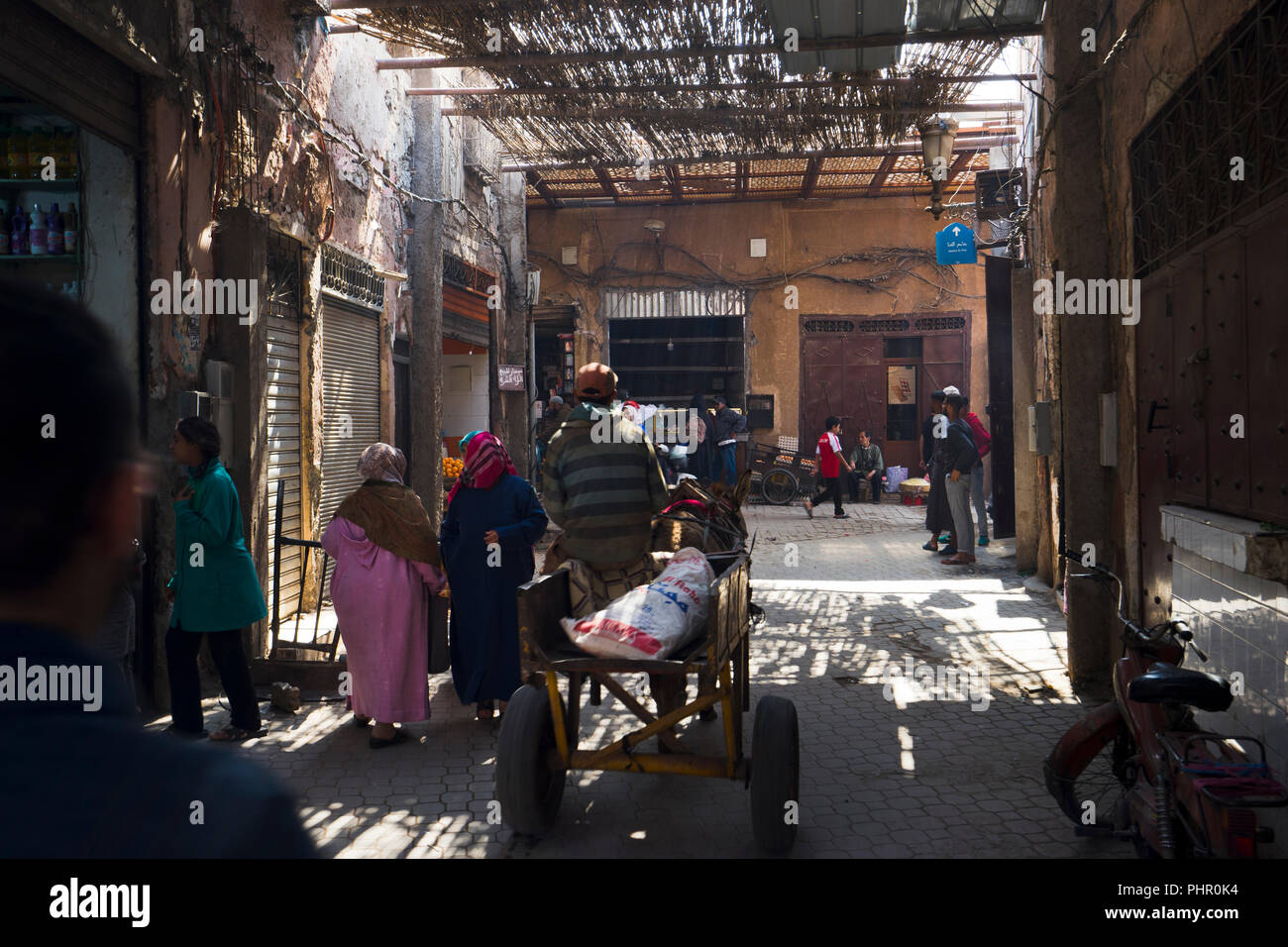In den schattigen Souks von Marrakesch spielt sich das alltägliche Leben ab - Stock Image