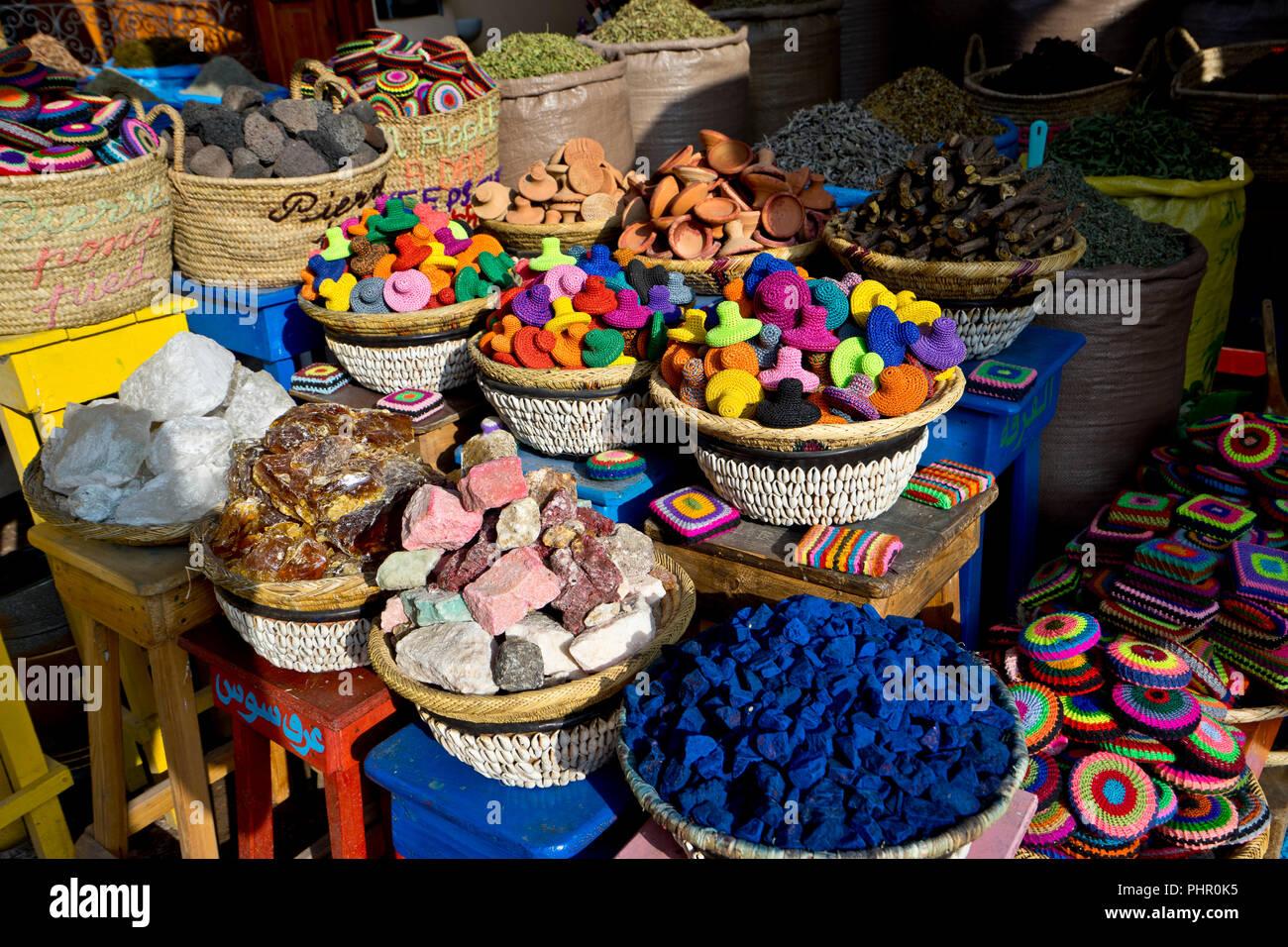 In den Souks von Marrakesch ist das Angebot farbig und abwechlungsreich. - Stock Image