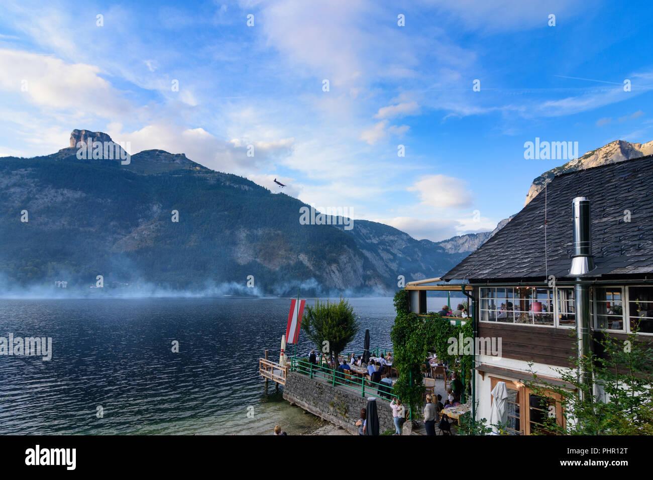 Altaussee: lake Altausseer See, mountain Loser, restaurant Strandcafe, airshow at festival 'Berge in Flammen', Ausseerland-Salzkammergut, Steiermark,  - Stock Image