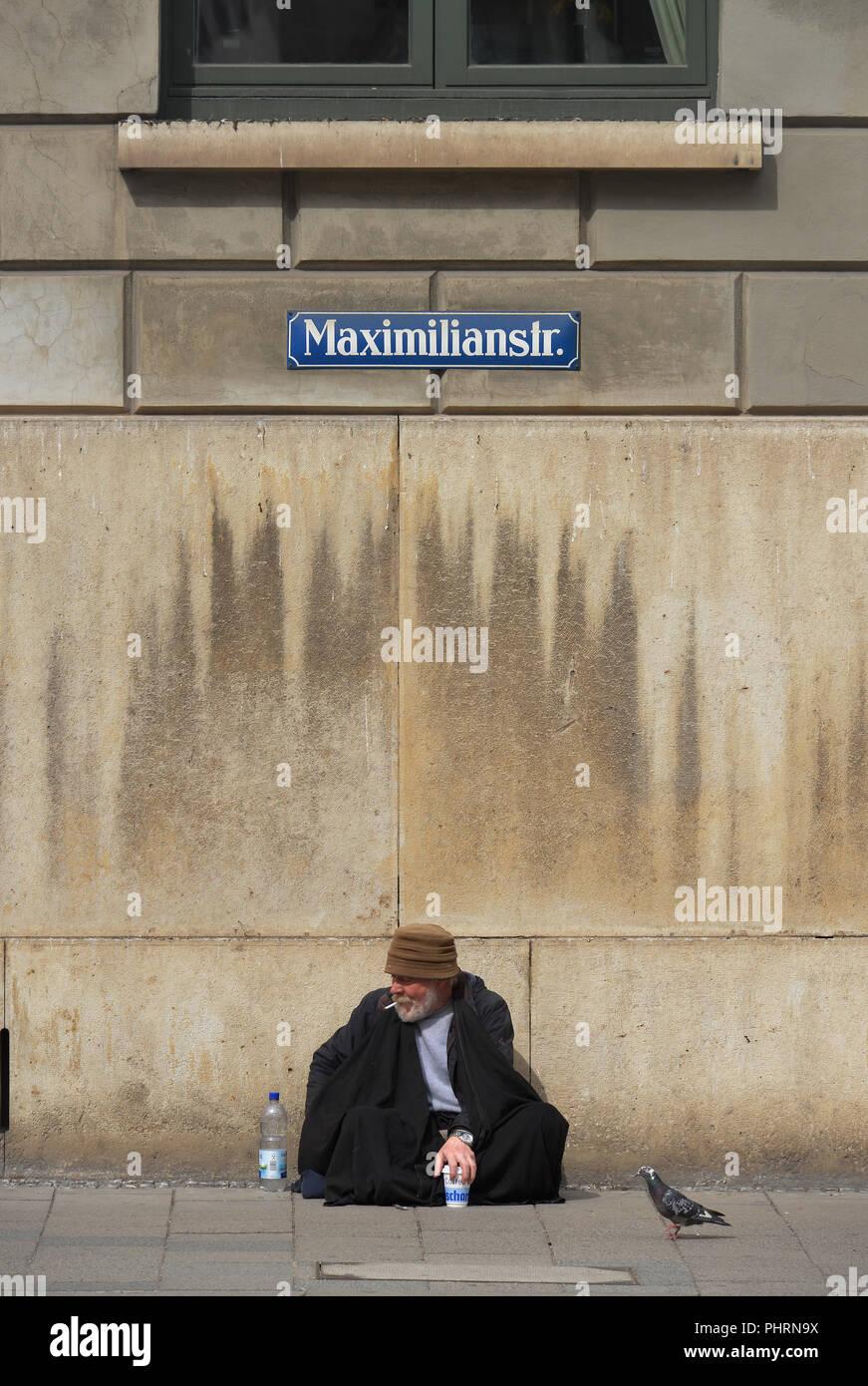 Bettler, Maximilianstrasse, Muenchen, Bayern, Deutschland - Stock Image