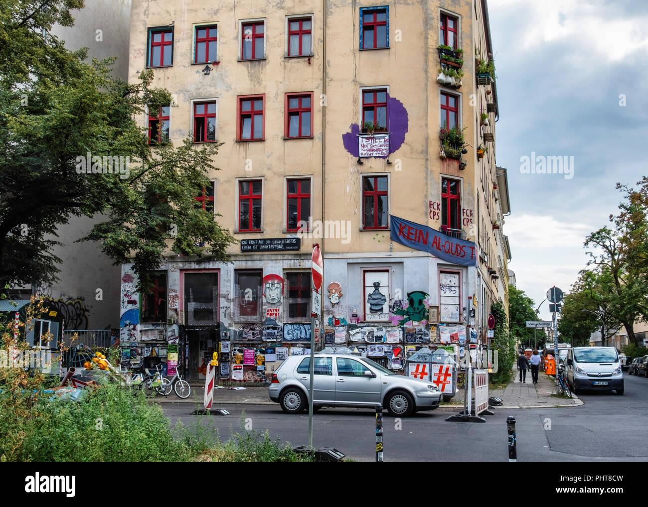 Berlin,Friedrichshain, 'The Scharni' Housing project on corner of Scharnweberstraße 38 / Colbestraße 19 . Building exterior with graffiti, street art  - Stock Image
